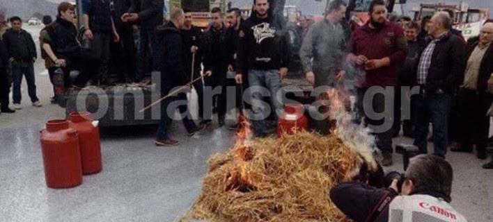 Κτηνοτρόφοι έχυσαν γάλα και έκαψαν ζωοτροφές στην εθνική οδό Λάρισας -Κοζάνης [εικόνα]