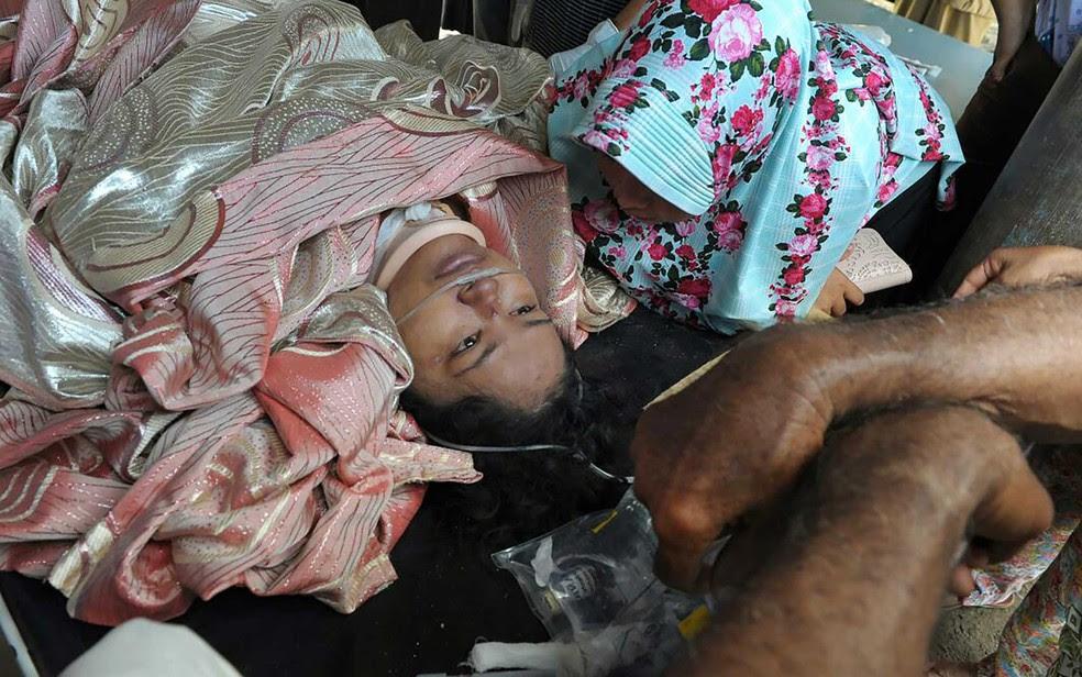 Sobrevivente retirado de escombros em um hospital da província de Aceh (Foto: Chaideer Mahyuddin / AFP Photo)