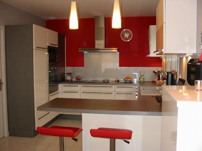 Aménagement Cuisine Rouge Avec Mur Gris Photo Déco