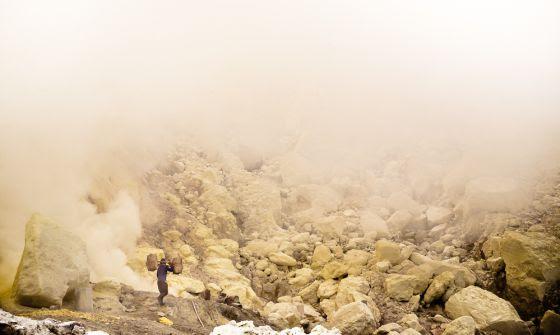 Un trabajador carga con azufre en el volcán Kawah Ijen, en la isla de Java.
