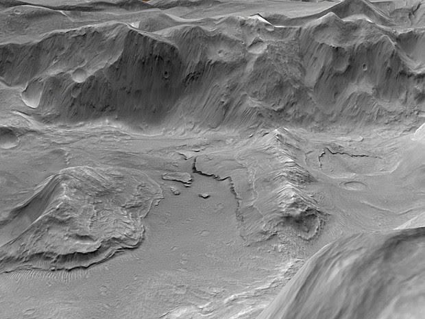 Visão em alta resolução de depósitos de materiais em camadas e colapso da região de Eden Patera. As camadas representam áreas de um antigo lago de lava onde essa lava se juntou a montes e sulcos no chão da cratera, depois congelou contra essa base e então se desgrudou à medida que o lago foi drenado (Foto: Nasa/JPL/MSSS/Google )
