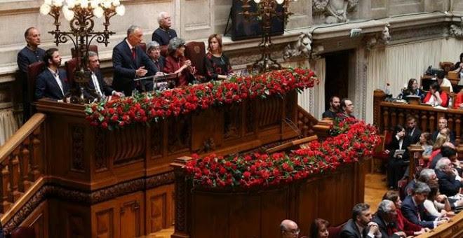 El presidente portugués, Marcelo Rebelo de Sousa (c, arriba), ofrece un discurso durante el homenaje por el cuadragésimo segundo aniversario de la Revolución de los Claveles en el Parlamento portugués, en Lisboa, Portugal, hoy, 25 de abril de 2016. La Rev