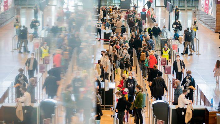 Warteschlangen an Check-In-Schaltern: BER empfiehlt Gepäck am Abend vor Abreise abzugeben