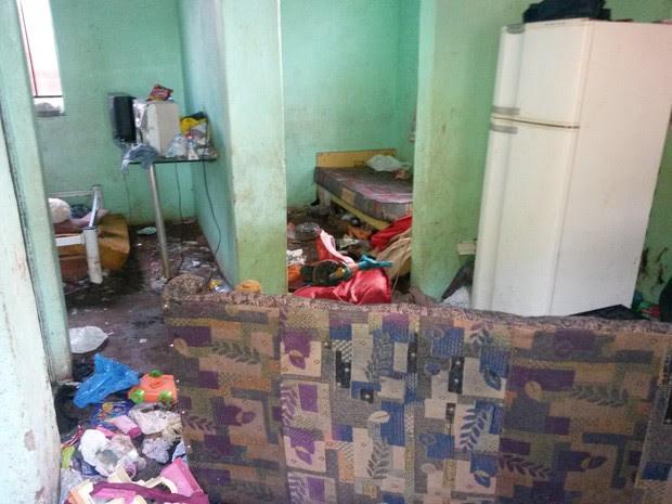 Crianças estavam sozinhas, em uma casa cheia de lixos espalhados pelo chão (Foto: Honorio Silva/RPC TV)