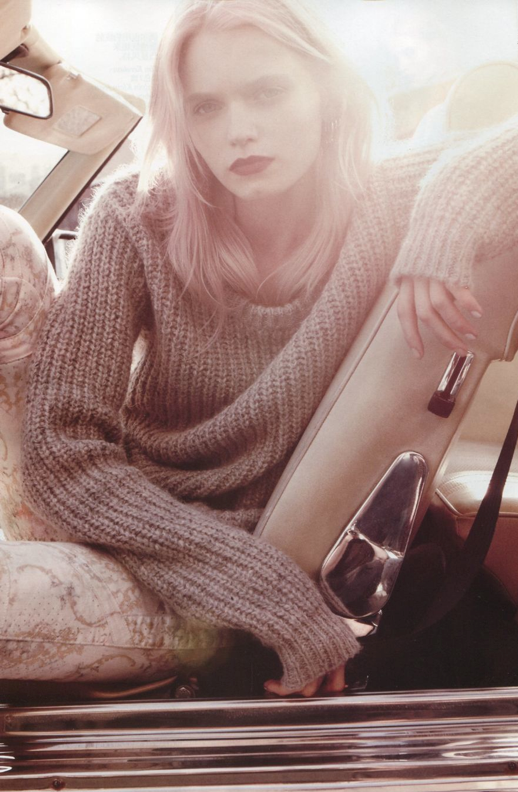 VOGUE CHINA ABBEY LEE KERSHAW MODEL PINK HAIR DARK RED LIPS METALLIC OVERSIZED KNIT SWEATER PRINT SKINNY DENIM