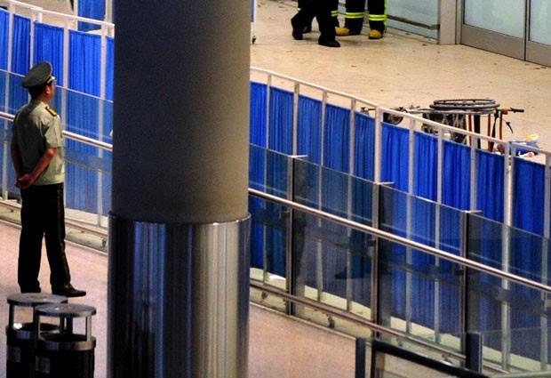 Policais fecham área onde ocorreu explosão, em aeroporto de Pequim (Foto: AFP Photo)