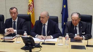 Jorge Fernández Díaz presidint la reunió, i al seu costat el secretari d'Estat de Seguretat, Francisco Martínez Vázquez, -a l'esquerra- i el director del Centre Nacional d'Intel·ligència (CNI), Félix