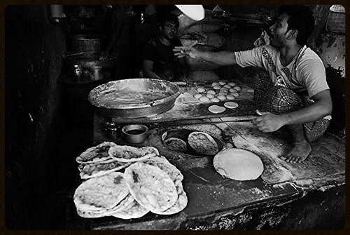 The Tanduri Roti Maker of Bandra Lucky Hotel Lane by firoze shakir photographerno1