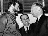 22 de abril. Fidel es recibido en la ONU por Dag Hammarskjol, secretario general de esa organizacion. Al centro Manuel Bisbe, embajador de Cuba ante la ONU. Foto: Revolución.