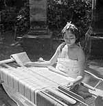 Een meisje werkt in een kampong op Bali aan een...