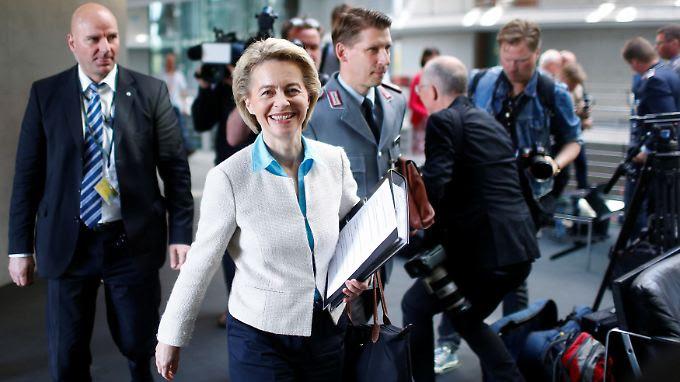 Ursula von der Leyen auf dem Weg in die Sitzung des Verteidigungsausschusses.