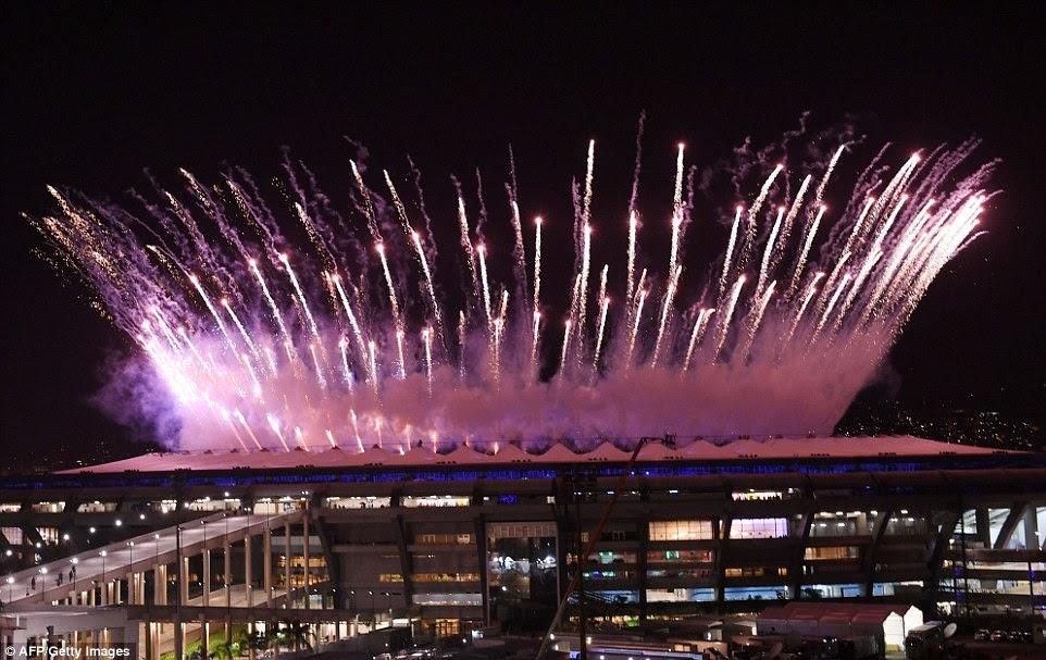 Os defensores da Nova Zelândia, os EUA, Argentina e Colômbia têm viajado por todo o mundo para torcer nas suas equipas AYT estádio iluminado por fogos de artifício