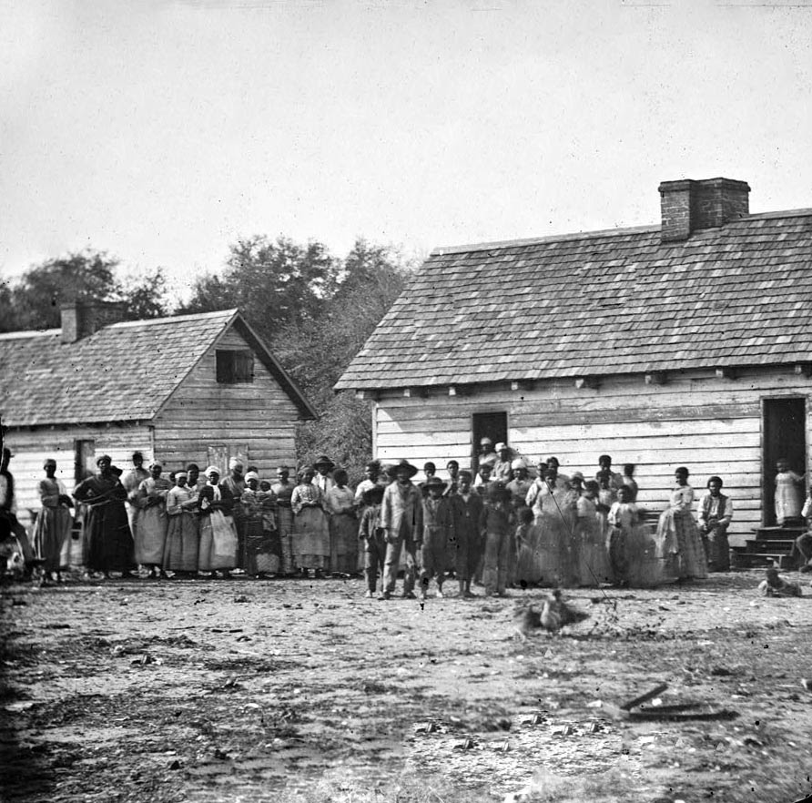 http://www.sonofthesouth.net/slavery/photographs/plantation-slaves.jpg