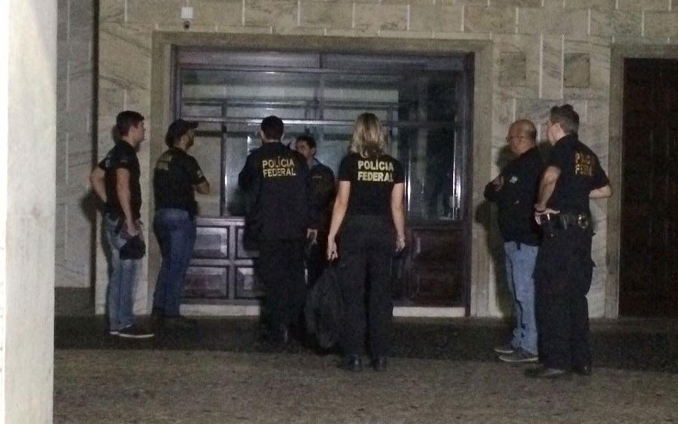 Agentes da Polícia Federal chegaram no começo da manhã ao apartamento de Marco Antônio (Foto: Fernanda Rouvenat / G1)