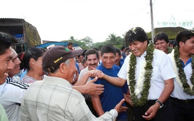 O presidente da Bolívia, Evo Morales, se encontra com simpatizantes após votar, em Cochabamba