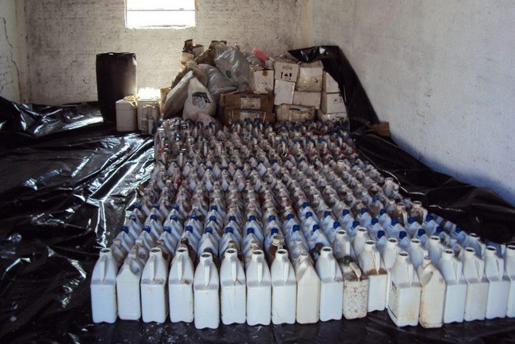 Além do número já alto de agrotóxicos legais consumidos no Brasil, país convive com contrabando de produtos. Acima, imagem de agrotóxicos contrabandeados que foram apreendidos pelo Ibama em 2013. Foto: Ibama/RS.