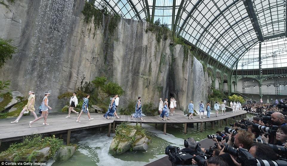 Força da moda: os modelos possuíam a pista no Grand Palais à medida que o PFW chegava ao fim