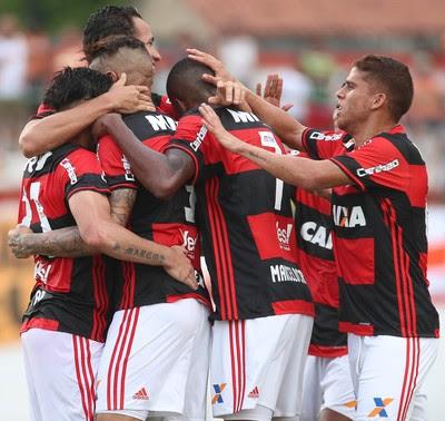 Cuéllar abraça companheiros após o quarto gol da vitória sobre o Nova Iguaçu (Foto: Gilvan de Souza/Flamengo)