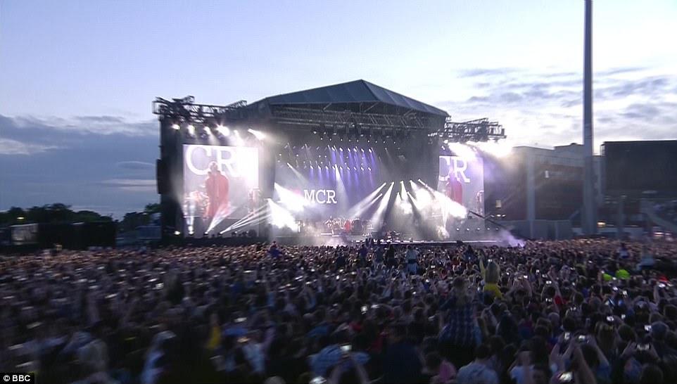 """Orgulhoso: com Liam vindo de Manchester, as multidões ficaram perfeitamente satisfeitas com a aparência - que viu um grande logotipo """"I Love MCR"""" impresso na tela atrás dele enquanto cantava"""