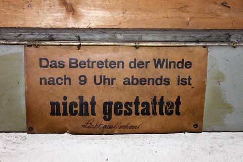 Schild in der Winde