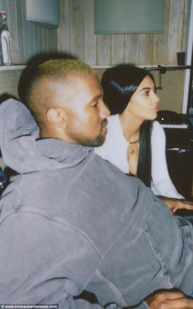 A empresa de dois: Kim não estava sozinha em todos os seus snaps, compartilhando uma série de fotos doces com o marido Kanye West, aparentemente apenas desfrutando de algum tempo de inatividade juntos