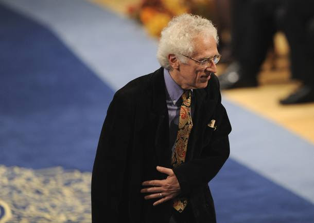 Tzvetan Todorov acknowledges the applause after receiving the 2008 Prince of Asturias Award for Social Sciences from Spain's Crown Prince Felipe during a ceremony at Campoamor theatre in Oviedo, northern Spain, October 24, 2008. REUTERS/Eloy Alonso (SPAIN)