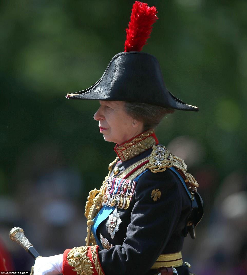 Princesa Anne corta uma figura severa envolta em regalias cerimoniais