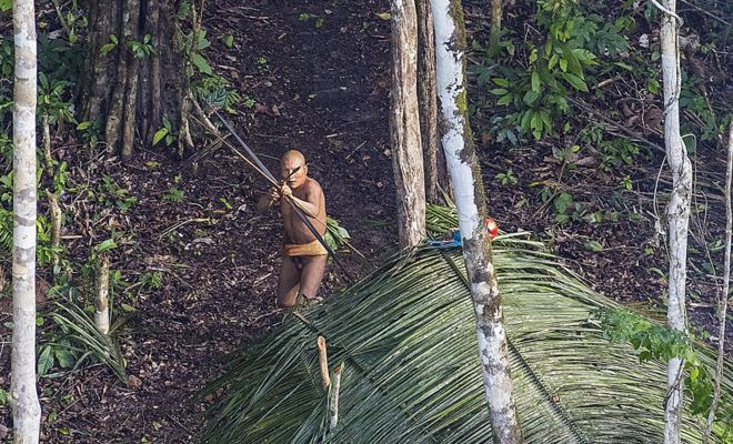Índio se prepara para disparar flecha