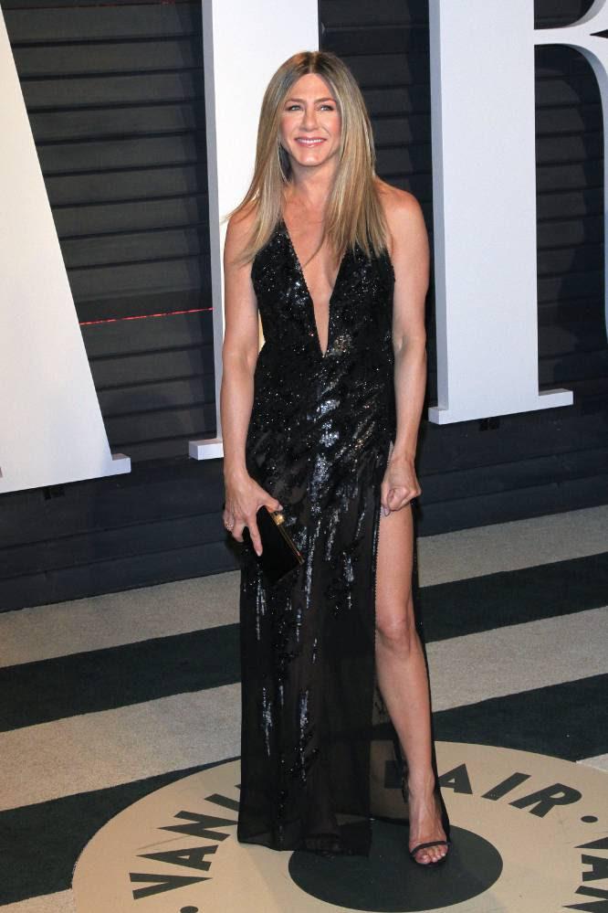 Jennifer Aniston decidió no cambiarse de la ceremonia de los Oscar a la fiesta. En ambos eventos llevó este vestido negro con escote en uve de Atelier Versace.