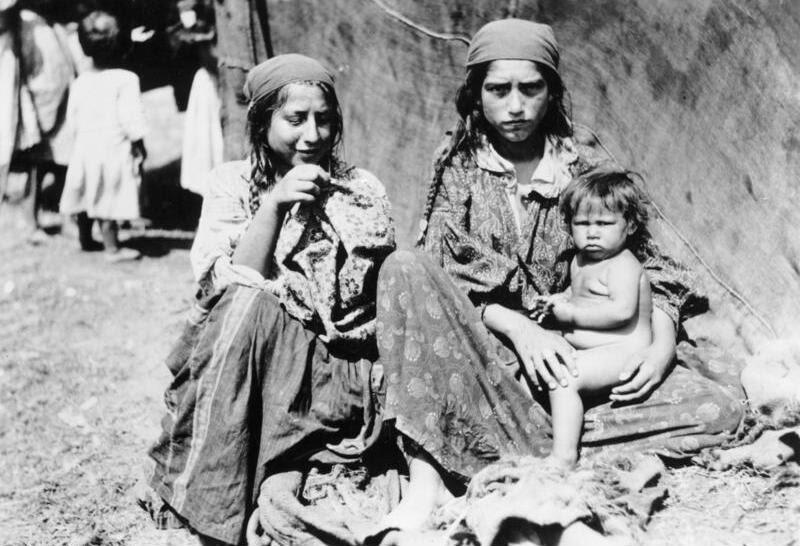 File:Bundesarchiv Bild 183-R02017, Sinti und Roma-Frauen mit unbekleidetem Kind.jpg