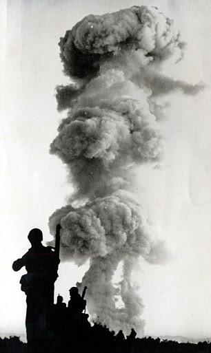 Tropas do Exército Sexto Estados Unidos após uma explosão atômica em Yucca Flat em Nevada em 01 de junho de 1952