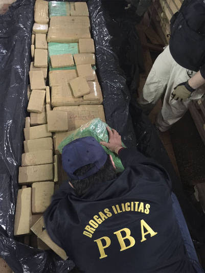 Unas cinco toneladas de marihuana que eran trasladadas en un camión fueron secuestradas y dos personas fueron detenidas hoy por la Policía de la Provincia de Buenos Aires en la localidad bonaerense de Virrey del Pino.