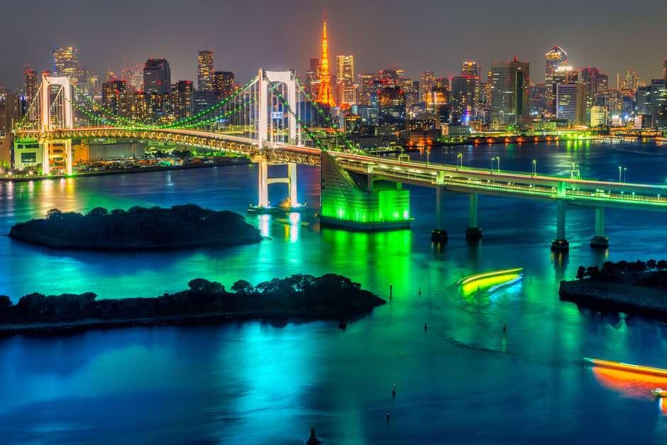 Rainbow Bridge - Construída em 1993, a Rainbow Bridge fica na baía de Tóquio e possui 570 metros de largura e 918 metros de comprimento, com três linhas de transporte em dois pavimentos da ponte. É considerada uma das mais belas de Tóquio, especialmente à noite, quando lâmpadas vermelhas, brancas e verdes alimentadas por energia solar são ligadas Foto: Luciano Mortula/Shutterstock