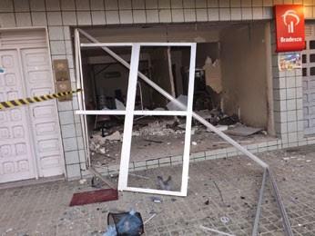 Banco ficou destruído em Orobó (Foto: Blog do Edinho Soares / Acervo Pessoal)
