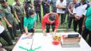 Indosport - Presiden Joko Widodo membubuhkan tanda tangan pada buku Filanesia bersama Ratu Tisha.