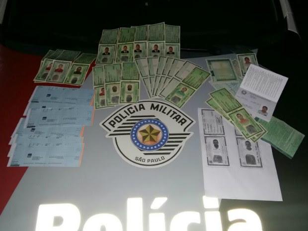 Na casa, polícia encontrou documentos falsificados (Foto: Divulgação/ Polícia Militar)