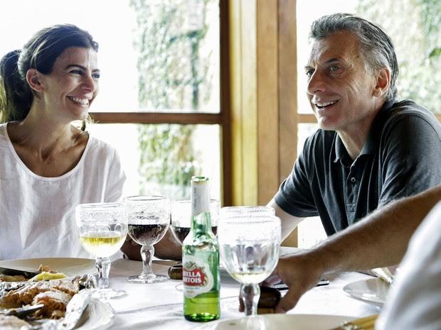 Em foto divulgada pelo partido Cambiemos, Mauricio Macri aparece almoçando ao lado de sua mulher, Juliana Awada, após votarem em Buenos Aires, no domingo (22) (Foto: AFP Photo/Prensa Cambiemos)