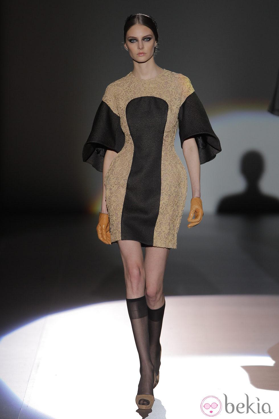 Vestido con franjas beige y negras