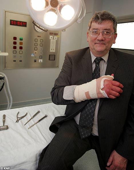 FOTO: Alex Lenkei com ataduras na mão direita