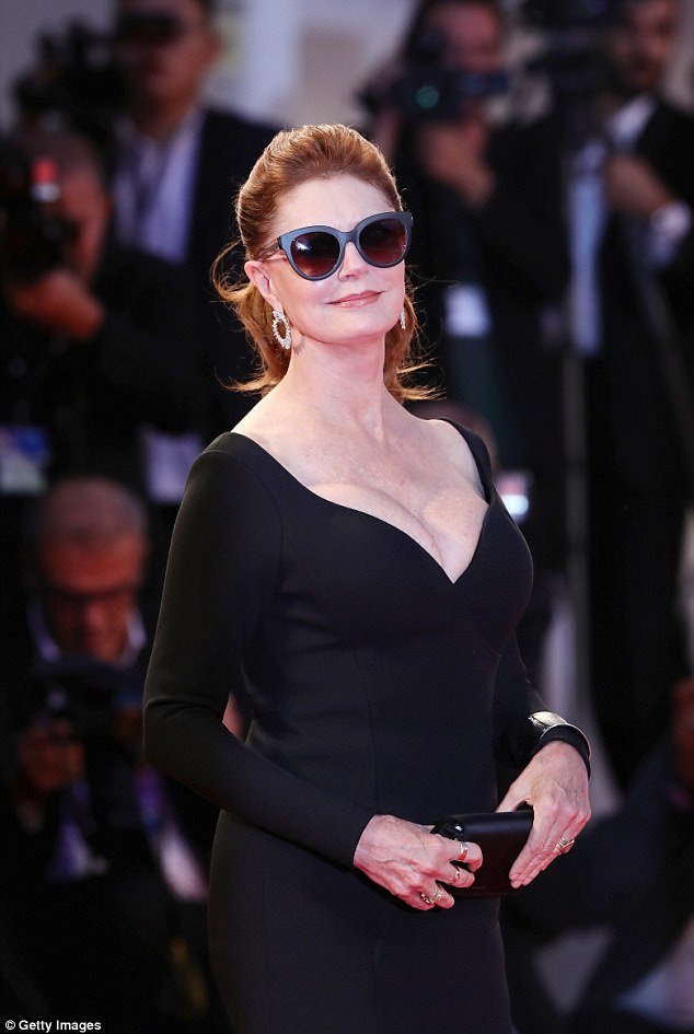 Wow: A lendária atriz Susan Sarandon, de 70 anos, pareceu sensacional quando ela exibiu seu amplo busto com um vestido preto e preto de Hugo Boss na estreia do Leisure Seeker durante o 74º Festival Anual de Cinema de Veneza no domingo