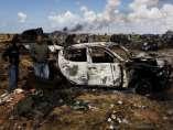 Coche calcinado en Bengasi