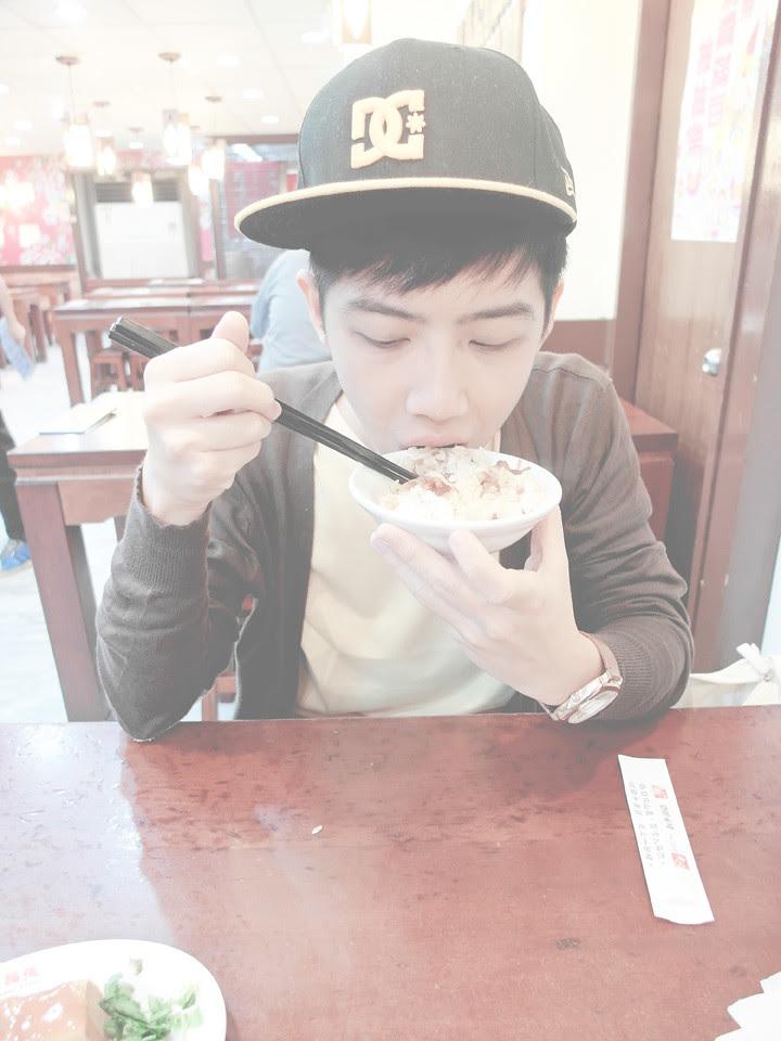 randy eating Lu Rou Fan 魯肉飯