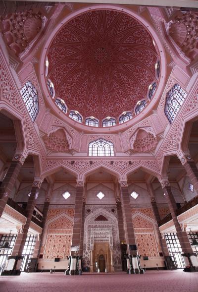 馬國是東協國家中唯一將伊斯蘭教訂為國教者,圖為由花崗岩砌成的「布特拉清真寺」。 (林格立攝)