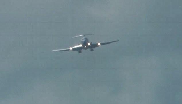 Pesawat, diyakini menjadi Boeing 727 pesawat kargo, difilmkan datang ke tanah