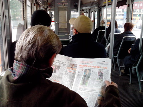 Lettura giornale sul tram by Ylbert Durishti