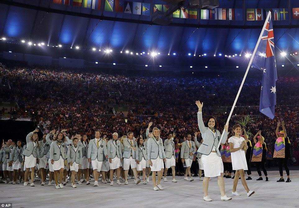 bandeira australiana portador Anna Meares levando a precessão dos atletas australianos durante a Cerimônia de Abertura dos Jogos Olímpicos Rio 2016