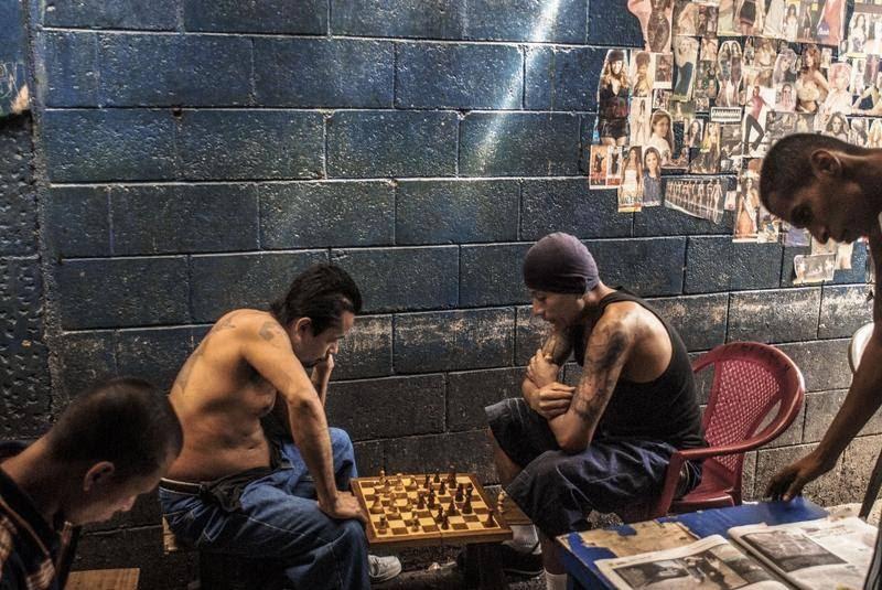 Bandemedlemmer fra Mara Salvatrucha spiller skak i fængslet i et sjældent, fredeligt øjeblik. (Foto: All Over Press)