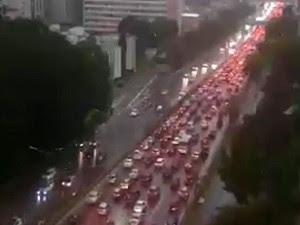 Chuva deixou trânsito congestionado na Avenida 23 de Maio, em São Paulo (Foto: Reprodução/TV Globo)