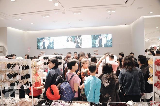 TRỰC TIẾP: Vừa mở cửa 1 giờ, khách hàng đến mua sắm chật cứng cả store H&M - Ảnh 29.