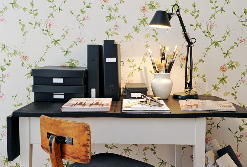 perfect workspace with floral wallpaper (via İnterior Photos: 493)